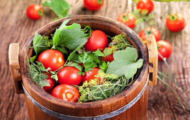 На 10 кг помидоров,100-200 гр зелени укропа, 50 гр корня хрена, 100 гр листьев черной смородины, 100 гр листьев хрена, 20-30 гр чеснока, 10-15 гр красного острого перца.Состав рассола: 10 л воды, 500-700 гр соли для красных и розовых помидор или 600-800 гр для бурых и зеленых.Помидоры сортируют по размеру и степени зрелости. Зеленые плоды […]
